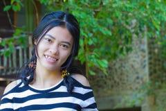 Muchacha sonriente feliz del asiático Foto de archivo libre de regalías