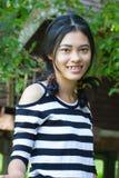 Muchacha sonriente feliz del asiático Fotos de archivo libres de regalías