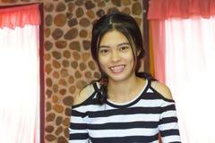 Muchacha sonriente feliz del asiático Imágenes de archivo libres de regalías