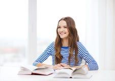 Muchacha sonriente feliz del estudiante con los libros Fotos de archivo libres de regalías