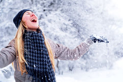 Muchacha sonriente feliz en invierno Fotos de archivo libres de regalías