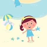 Muchacha sonriente feliz en la estrella de mar de la explotación agrícola de la playa Fotos de archivo