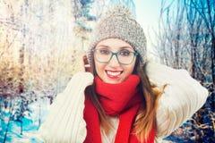 Muchacha sonriente feliz en parque del invierno Imagen de archivo