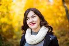 Muchacha sonriente feliz en un fondo del paisaje del otoño Imagen de archivo