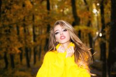 Muchacha sonriente feliz hermosa con el pelo largo que lleva la chaqueta elegante que presenta en día del otoño Retrato al aire l fotografía de archivo libre de regalías