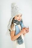 Muchacha sonriente feliz hermosa del invierno con la taza del té Muchacha de risa Imágenes de archivo libres de regalías