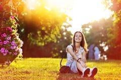 Muchacha sonriente feliz hermosa en la puesta del sol Fotos de archivo libres de regalías