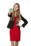 Muchacha sonriente feliz que muestra la tarjeta del crédito en blanco, en el backgroun blanco Foto de archivo libre de regalías