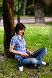 Muchacha sonriente feliz que trabaja en línea Fotos de archivo