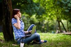 Muchacha sonriente feliz que trabaja en línea Fotografía de archivo