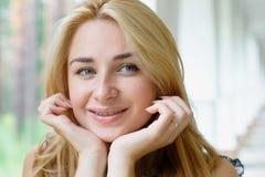 Muchacha sonriente hermosa Imagen de archivo libre de regalías