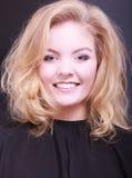 Muchacha sonriente hermosa con el pelo ondulado rubio en salón de belleza de la peluquería Fotos de archivo libres de regalías