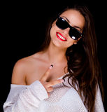 Muchacha sonriente hermosa con las gafas de sol Fotografía de archivo