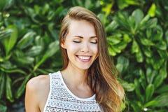 Muchacha sonriente hermosa con los ojos cerrados Foto de archivo libre de regalías