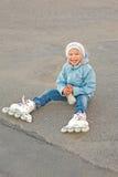 Muchacha sonriente hermosa con los rodillos Imagen de archivo