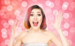 Muchacha sonriente hermosa con maquillaje colorido en fondo de la burbuja Fotos de archivo