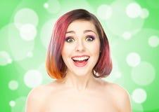 Muchacha sonriente hermosa con maquillaje colorido en fondo de la burbuja Imágenes de archivo libres de regalías