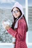 Muchacha sonriente hermosa con ropa del invierno Fotografía de archivo