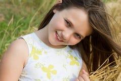 Muchacha sonriente hermosa en el campo de trigo Fotos de archivo libres de regalías