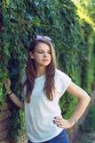 Muchacha sonriente hermosa en la blusa blanca Fotos de archivo