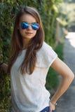 Muchacha sonriente hermosa en la blusa blanca Fotografía de archivo libre de regalías