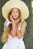 Muchacha sonriente hermosa en sombrero cerca Fotos de archivo