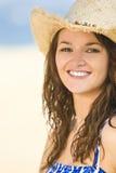 Muchacha sonriente hermosa en sombrero de vaquero de la paja imagen de archivo