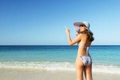 Muchacha sonriente hermosa en sombrero en la playa Imagen de archivo
