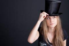 Muchacha sonriente hermosa en un sombrero negro Imagen de archivo