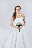 Muchacha sonriente hermosa en una alineada de boda blanca fotos de archivo