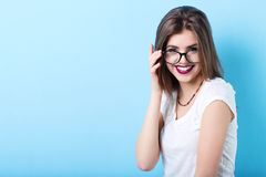 Muchacha sonriente hermosa joven en vidrios elegantes fotos de archivo libres de regalías