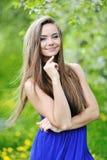Muchacha sonriente hermosa joven feliz - retrato al aire libre foto de archivo libre de regalías