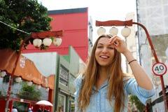 Muchacha sonriente hermosa que camina en la vecindad japonesa Liberdade, Sao Paulo, el Brasil de Sao Paulo fotografía de archivo libre de regalías