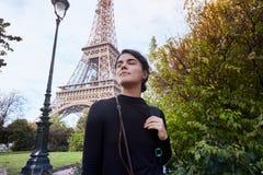Muchacha sonriente hermosa que presenta en el fondo de la torre Eiffel Par?s, campe?n de estropea imagen de archivo