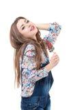 Muchacha sonriente hermosa que presenta en estudio con la piruleta Imagen de archivo
