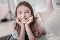 Muchacha sonriente hermosa que se relaja en el piso Fotos de archivo libres de regalías