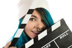 Muchacha sonriente hermosa que sostiene un clapperboard de la película Fotos de archivo libres de regalías