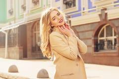 Muchacha sonriente hermosa y de moda del pelo rubio que camina la ciudad Moda para mujer Fotografía de archivo libre de regalías