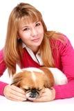 Muchacha sonriente hermosa y pequeño perro. Imagen de archivo