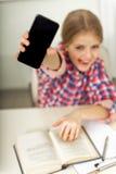 Muchacha sonriente hilarante en escuela Imagenes de archivo