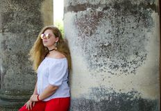 Muchacha sonriente joven con el pelo rizado Imagenes de archivo