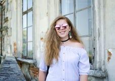 Muchacha sonriente joven con el pelo rizado Fotografía de archivo
