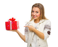 Muchacha sonriente joven con el rectángulo de regalo Fotos de archivo