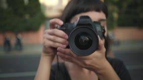 Muchacha sonriente joven con la cámara almacen de metraje de vídeo
