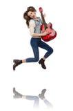 Muchacha sonriente joven con la guitarra aislada en Fotos de archivo