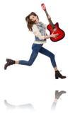 Muchacha sonriente joven con la guitarra aislada en blanco Imagenes de archivo