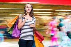 Muchacha sonriente joven con los panieres Foto de archivo libre de regalías