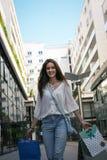 Muchacha sonriente joven del adolescente que camina en la calle Imagen de archivo