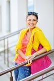 Muchacha sonriente joven elegante en ropa colorida Imágenes de archivo libres de regalías