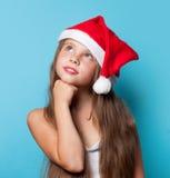 Muchacha sonriente joven en el sombrero de Santas Foto de archivo libre de regalías